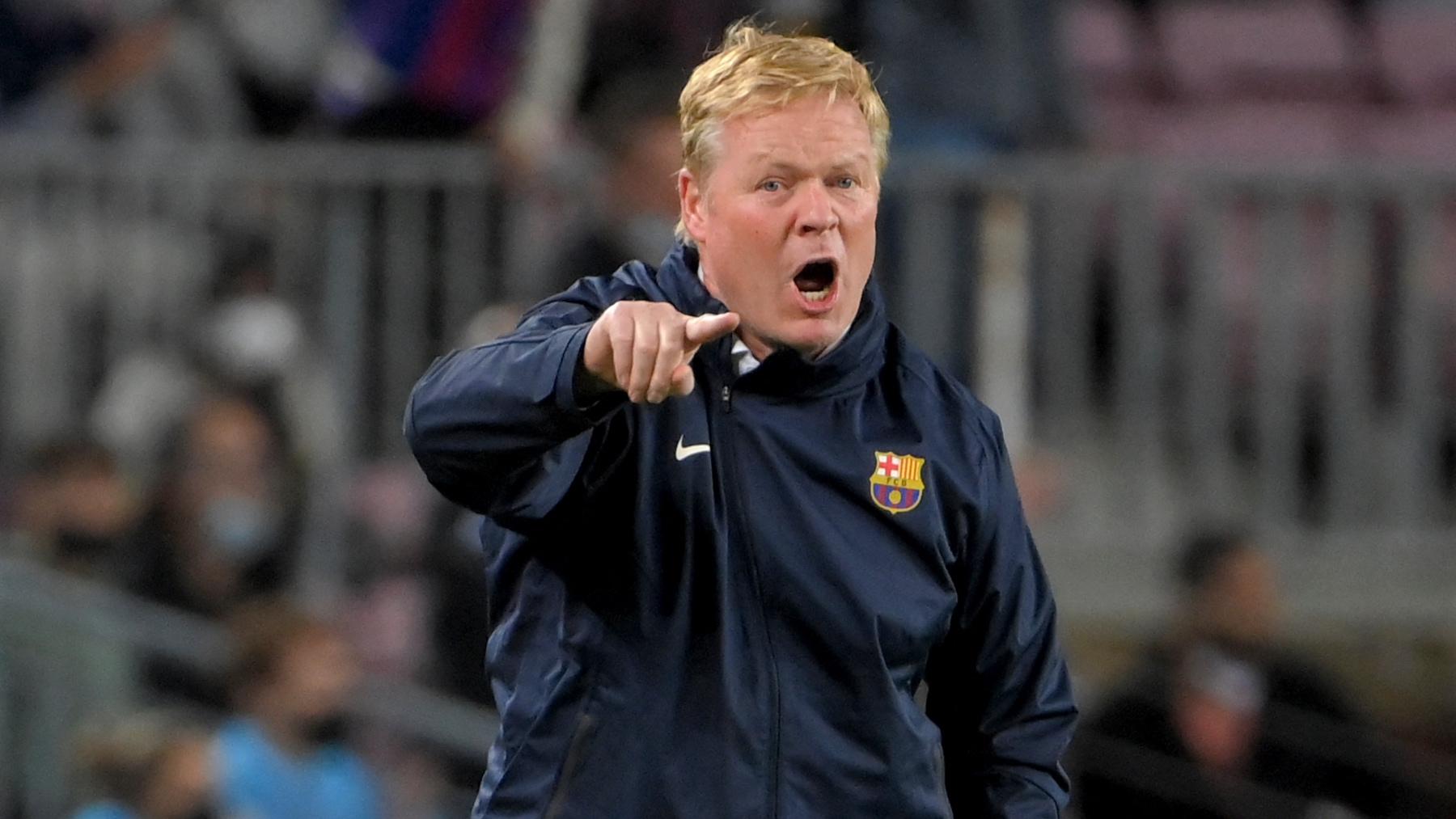 Ronald Koeman da indicaciones durante el Barça-Granada. (AFP)