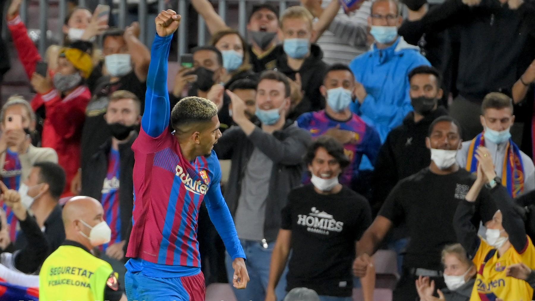 Ronald Araújo celebra su gol en el Barcelona-Granada. (AFP)