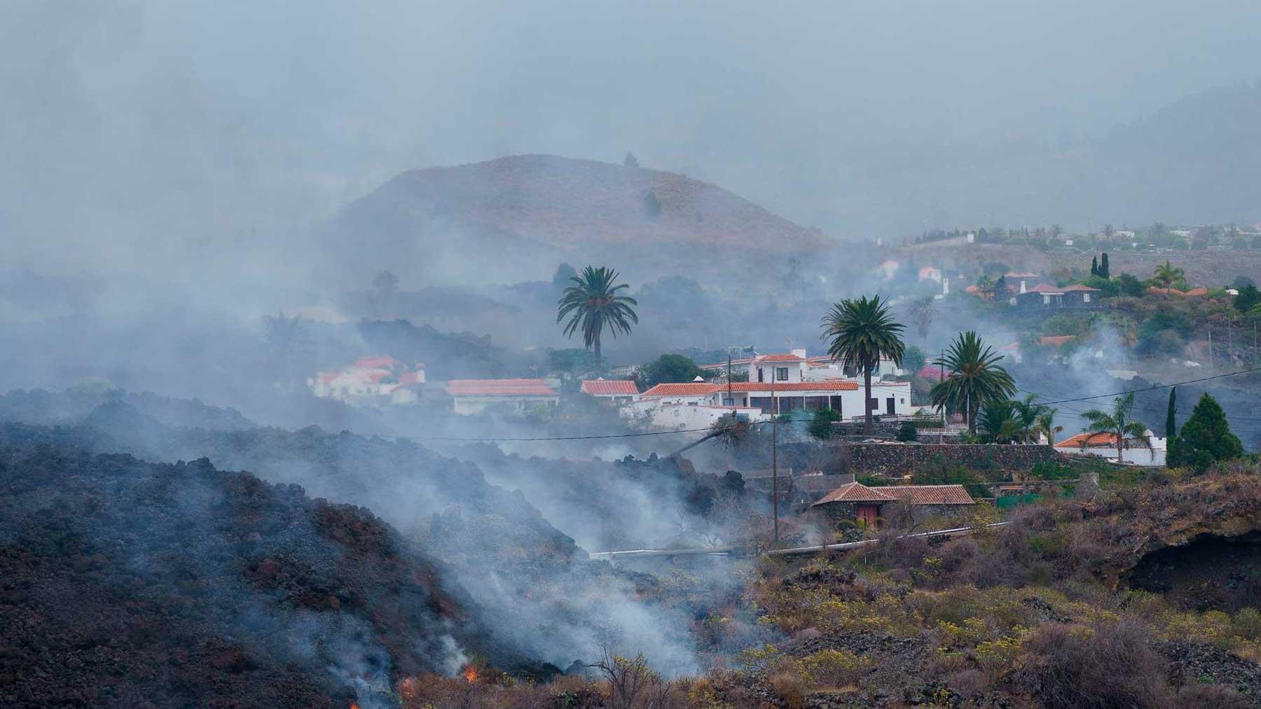 Una colada de lava se desplaza por el barrio de Todoque, en el municipio de Los Llanos de Ariadne. Foto: EFE