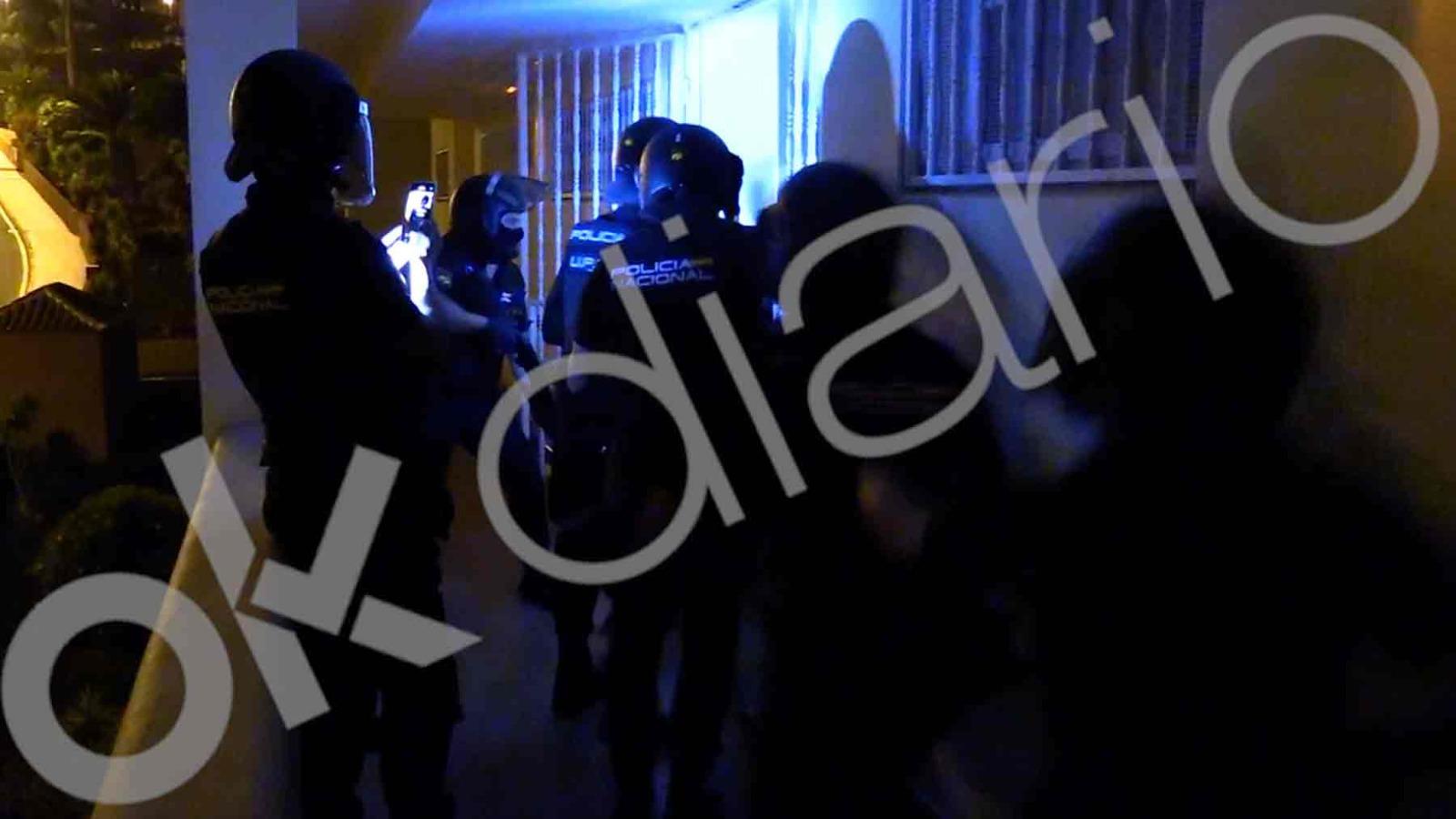 Momento de la detención de uno de los miembros de la organización mafiosa.