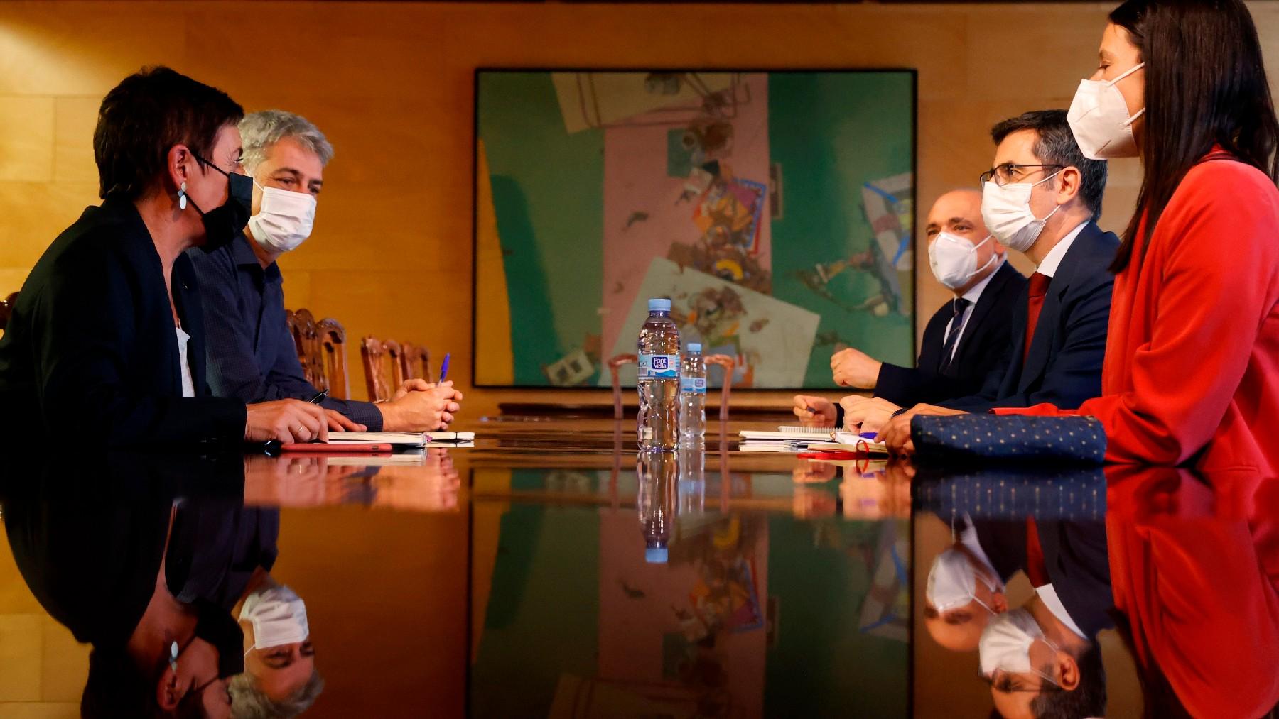 El ministro Bolaños sentado con los portavoces proetarras de Bildu en el Congreso. (Foto: EFE)
