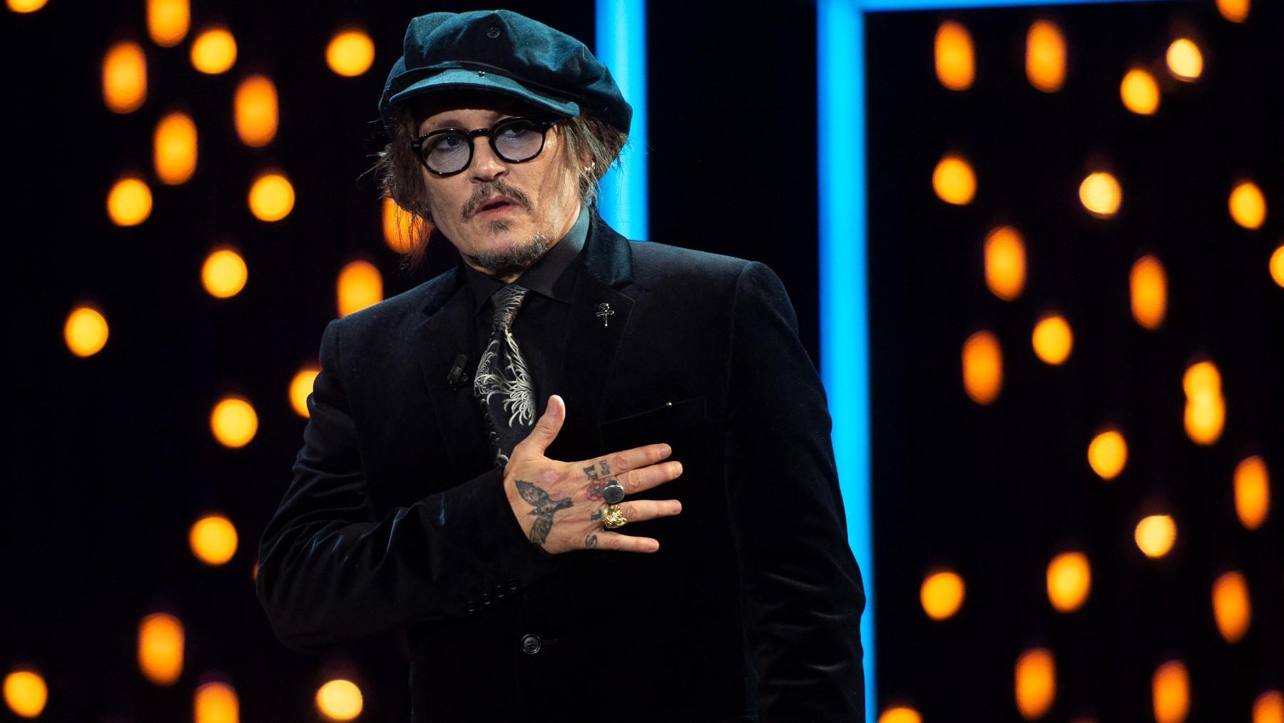 Johnny Depp recoge el premio Donosti en el Festival de San Sebastián.
