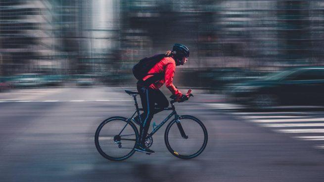Así debes señalizar las maniobras básicas en bicicleta con la mano y el brazo, según la DGT