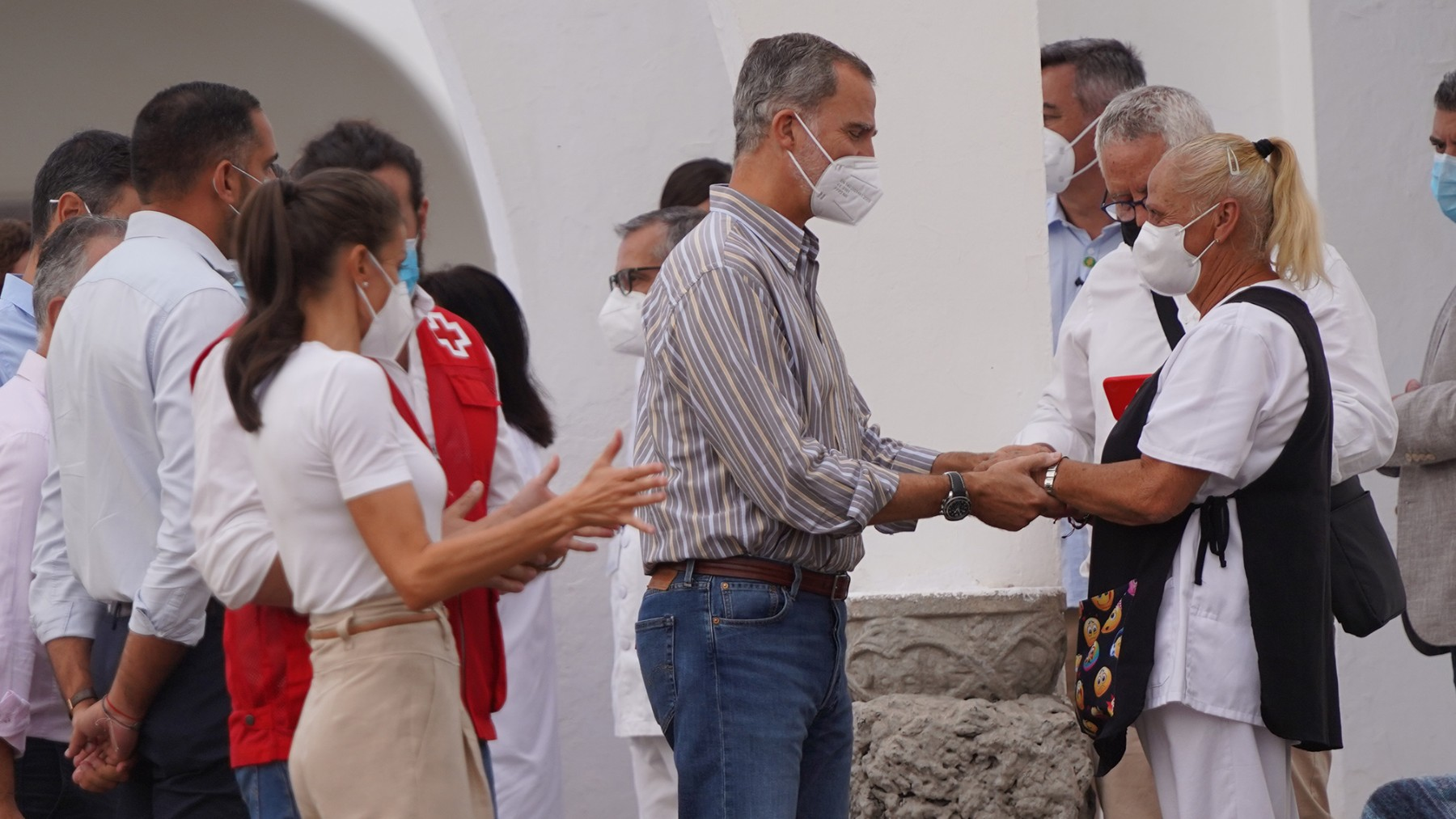 La Reyes conlos vecinos afectados de La Palma. Foto: Europa Press.