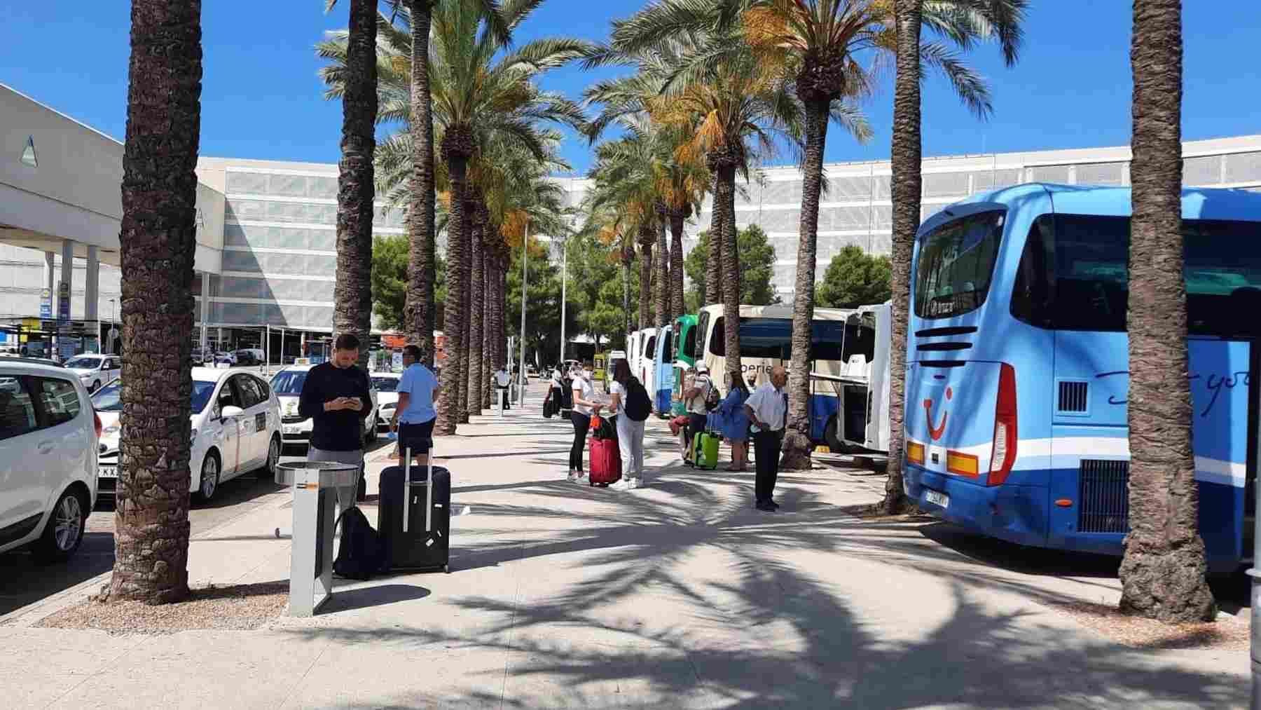Turistas en el aeropuerto de Son Sant Joan en Palma. FOTO: Europa Press.