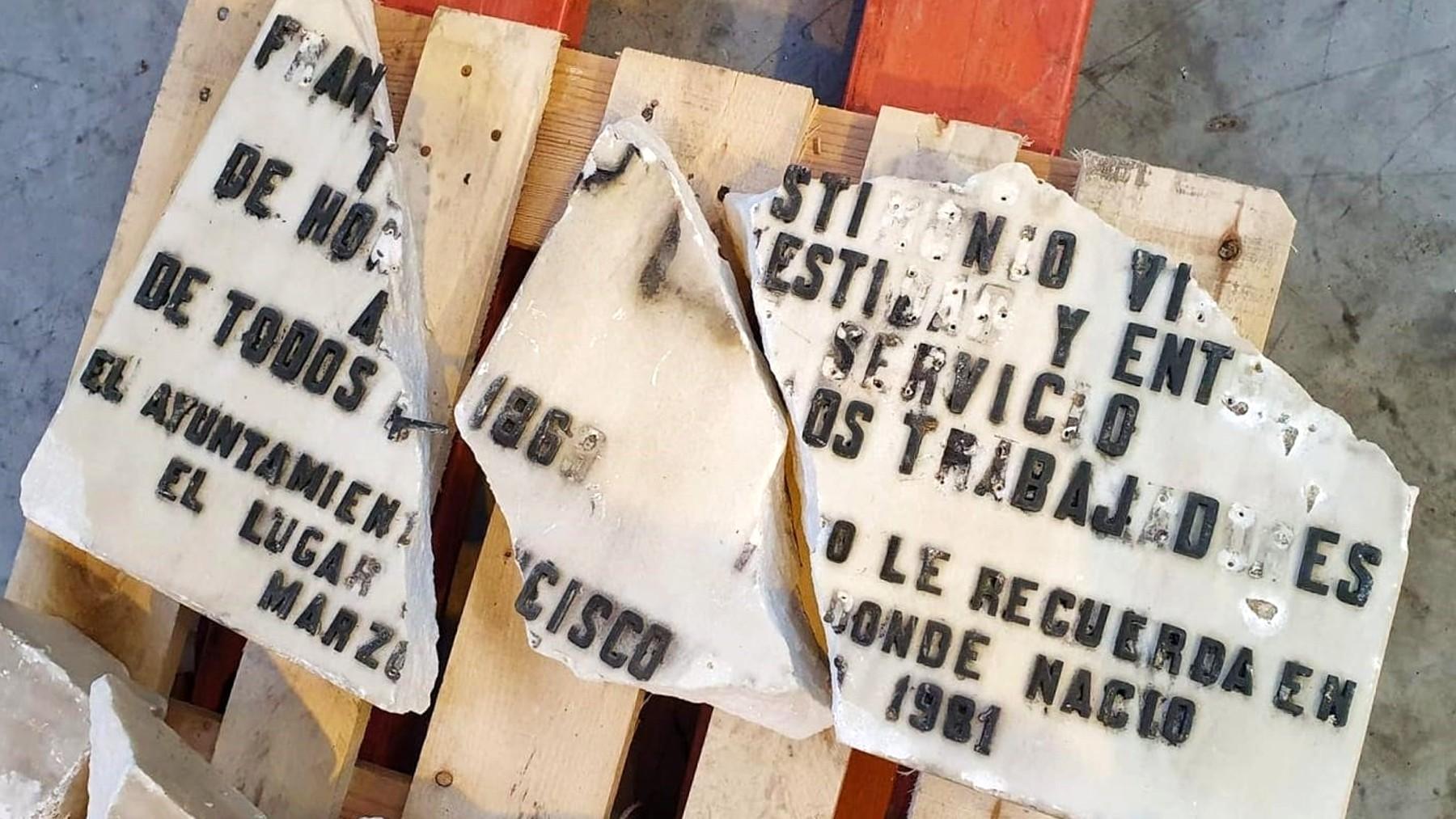 Placa dañada que fue retirada de la vivienda donde vivió Largo Caballero. (Foto: Europa Press)