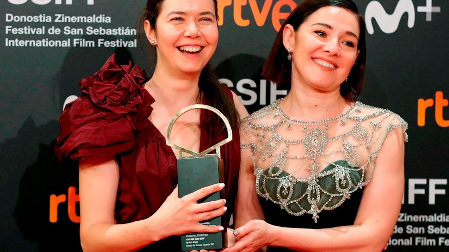 Alina Grigore y Gabi Suciu posan con la Concha de Oro a la «Mejor película» por su cinta «Blue Moon». (EFE)