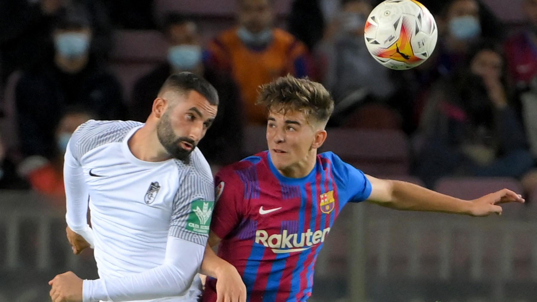 Gavi pelea un balón en el choque entre Barcelona y Granada. (AFP)