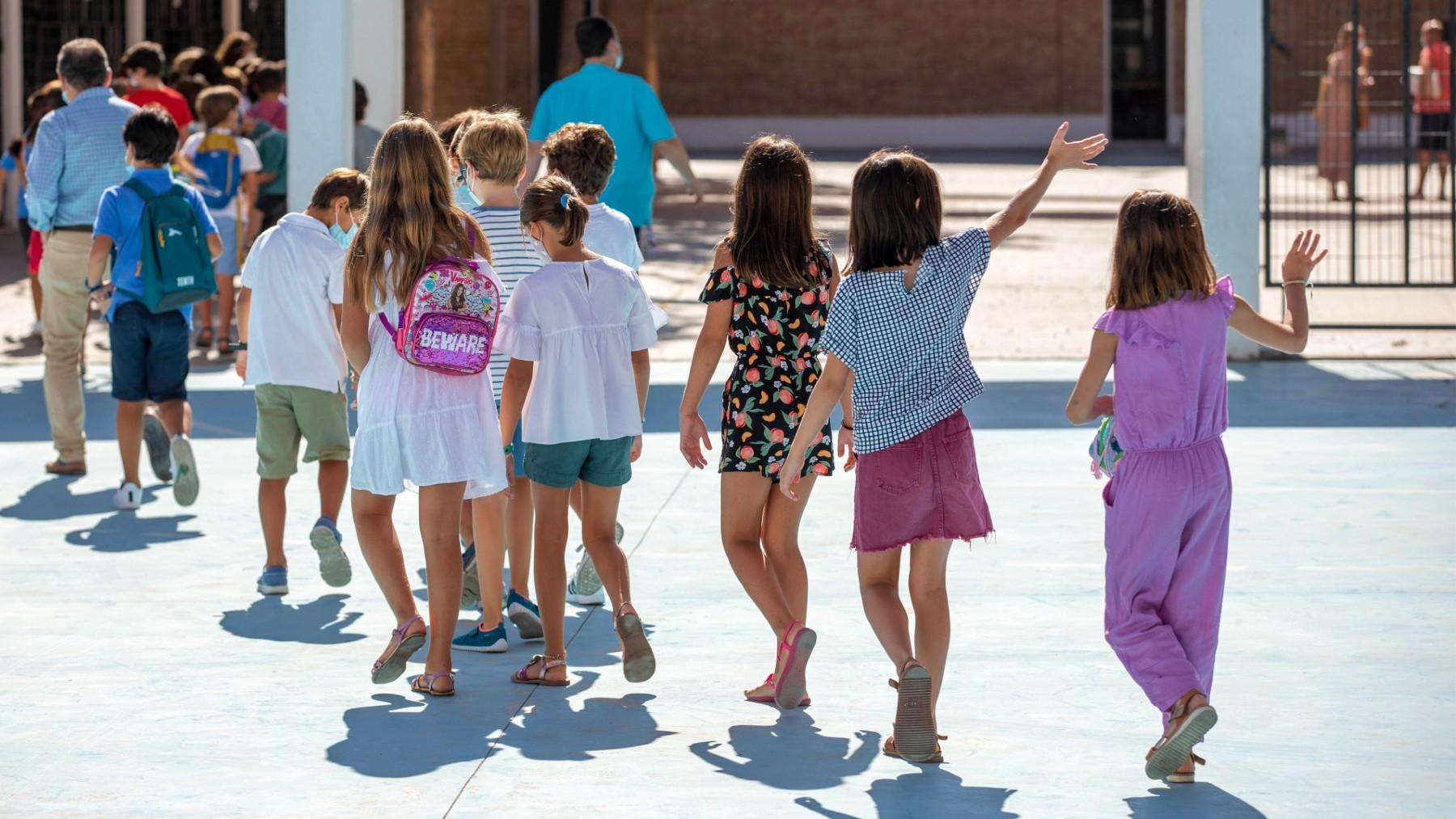 Niños acudiendo a su colegio. (Foto: Europa Press)