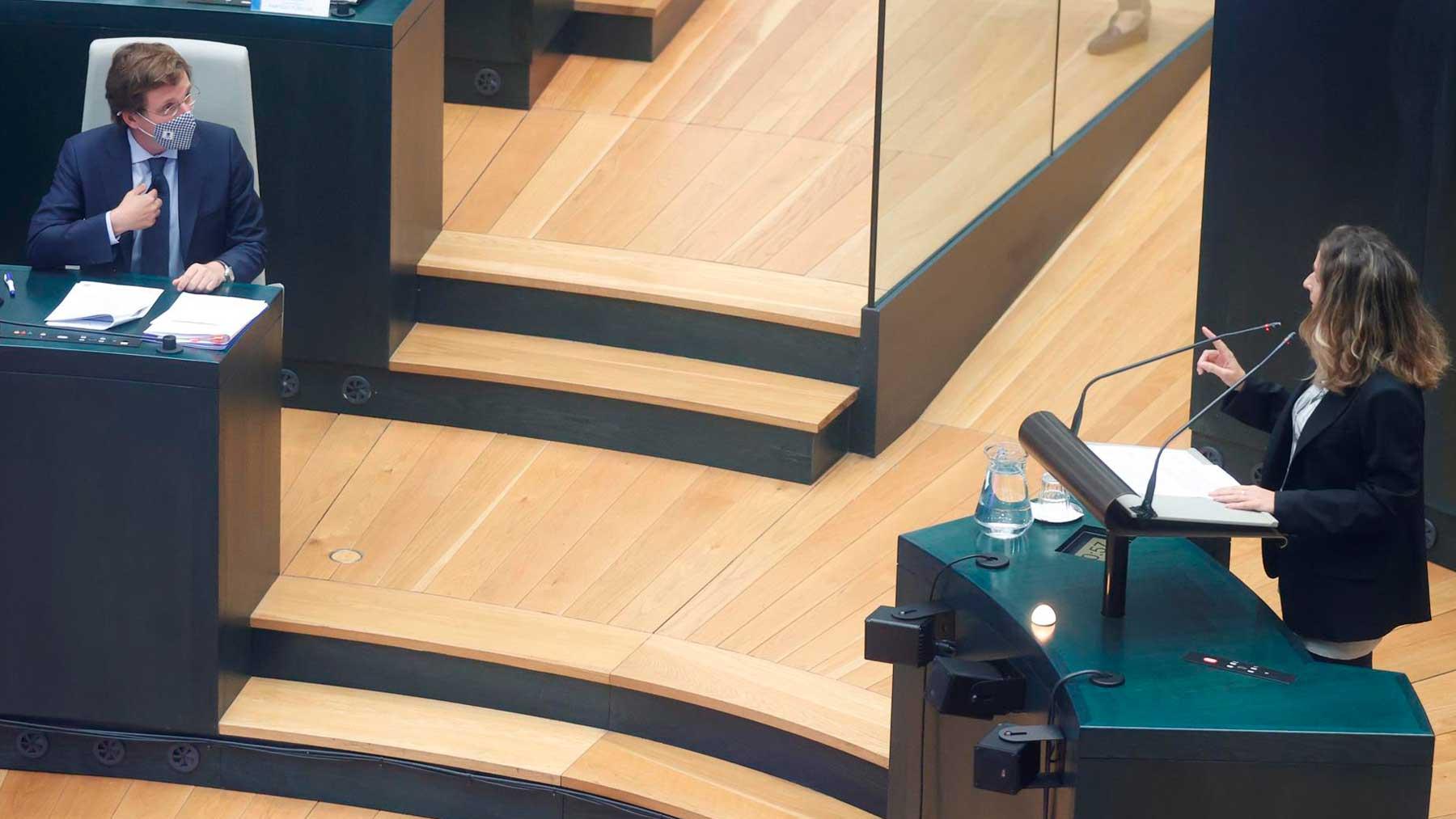El alcalde de Madrid, José Luis Martínez-Almeida (i), escucha la intervención de la concejala de Más Madrid Carolina Pulido. Foto: EFE