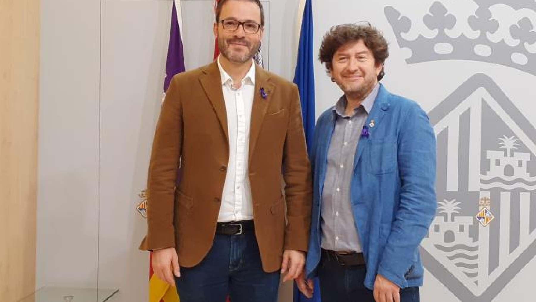 El alcalde Palma, José Hila (PSOE) y el presidente de la funeraria y edil de UP, Alberto Jarabo.