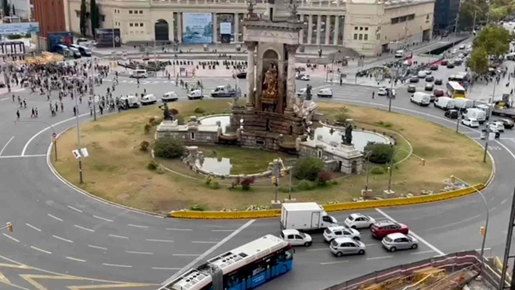 Un centenar de separatistas cortando la Plaza de España de Barcelona.