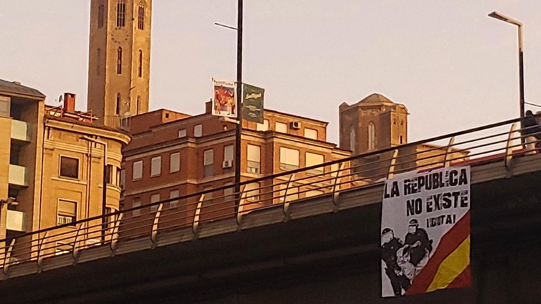 Una de las pancartas colocadas en Lérida.
