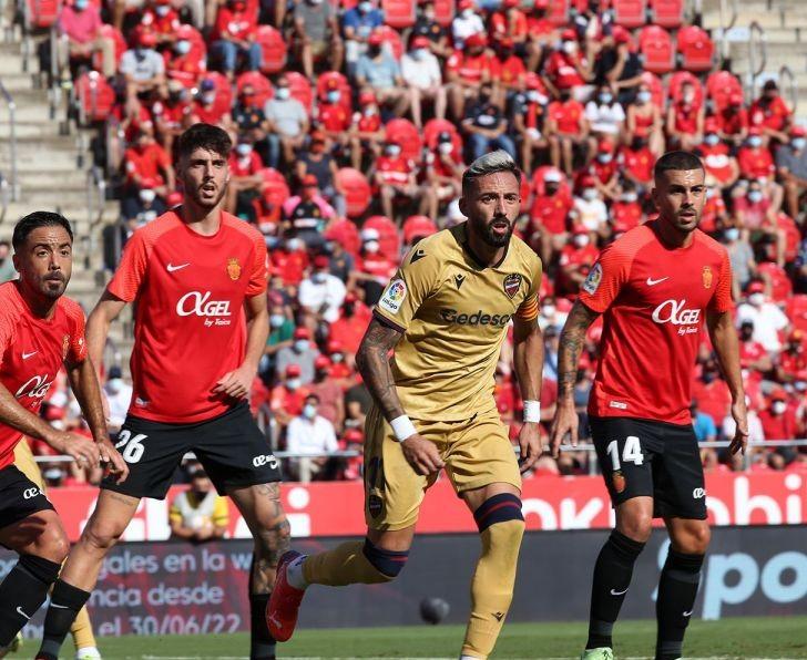 Morales, rodeado de jugadores en el área del Mallorca.