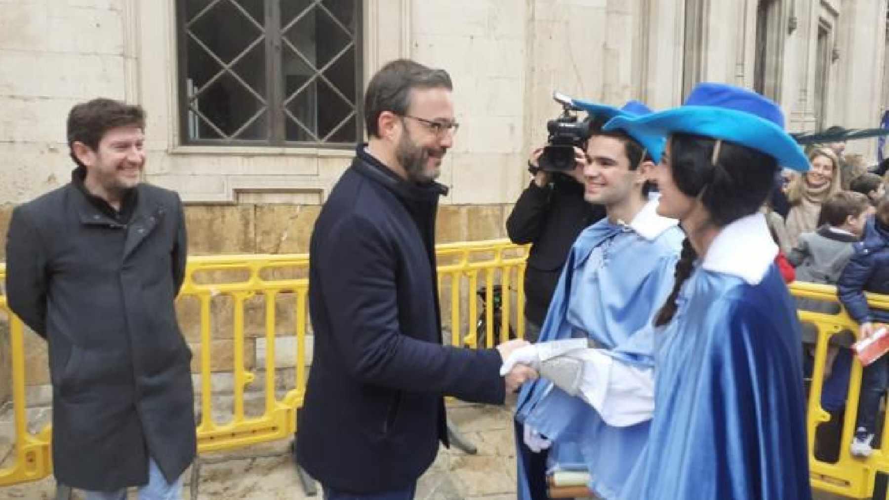 El alcalde de Palma, Jose Hila (PSOE) y el edil Alberto Jarabo (UP) en la tradicional bienvenida a los pajes reales.