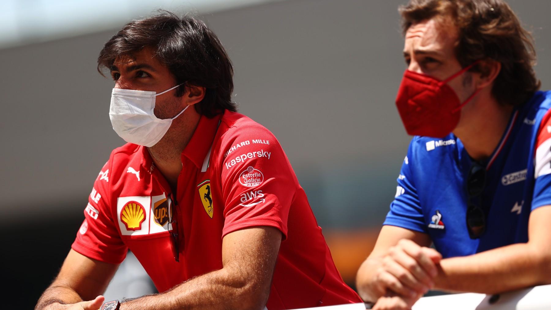 Carlos Sainz y Fernando Alonso, antes de un Gran Premio. (Getty)