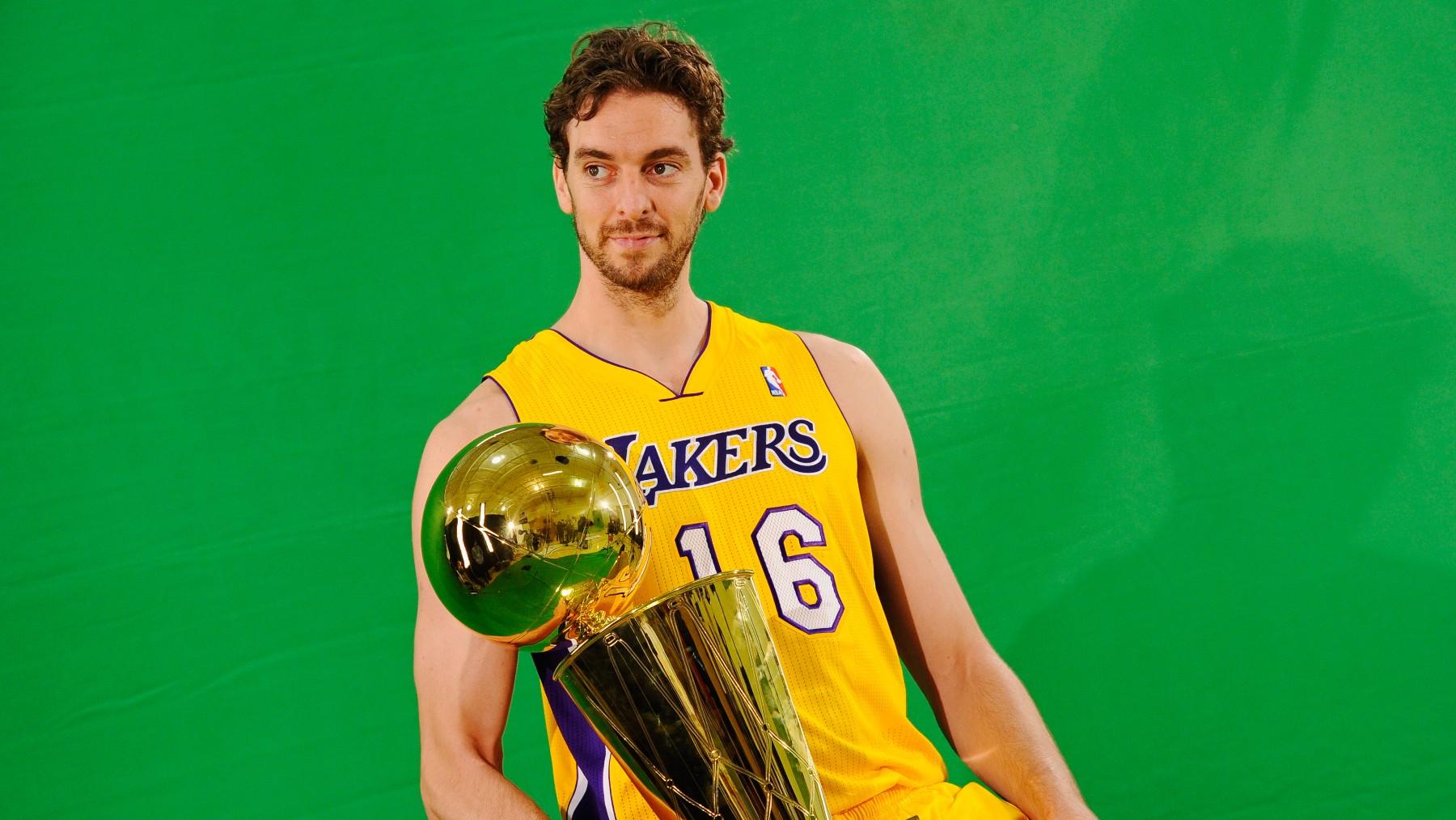Pau Gasol posa con el título de campeón de la NBA. (Getty)