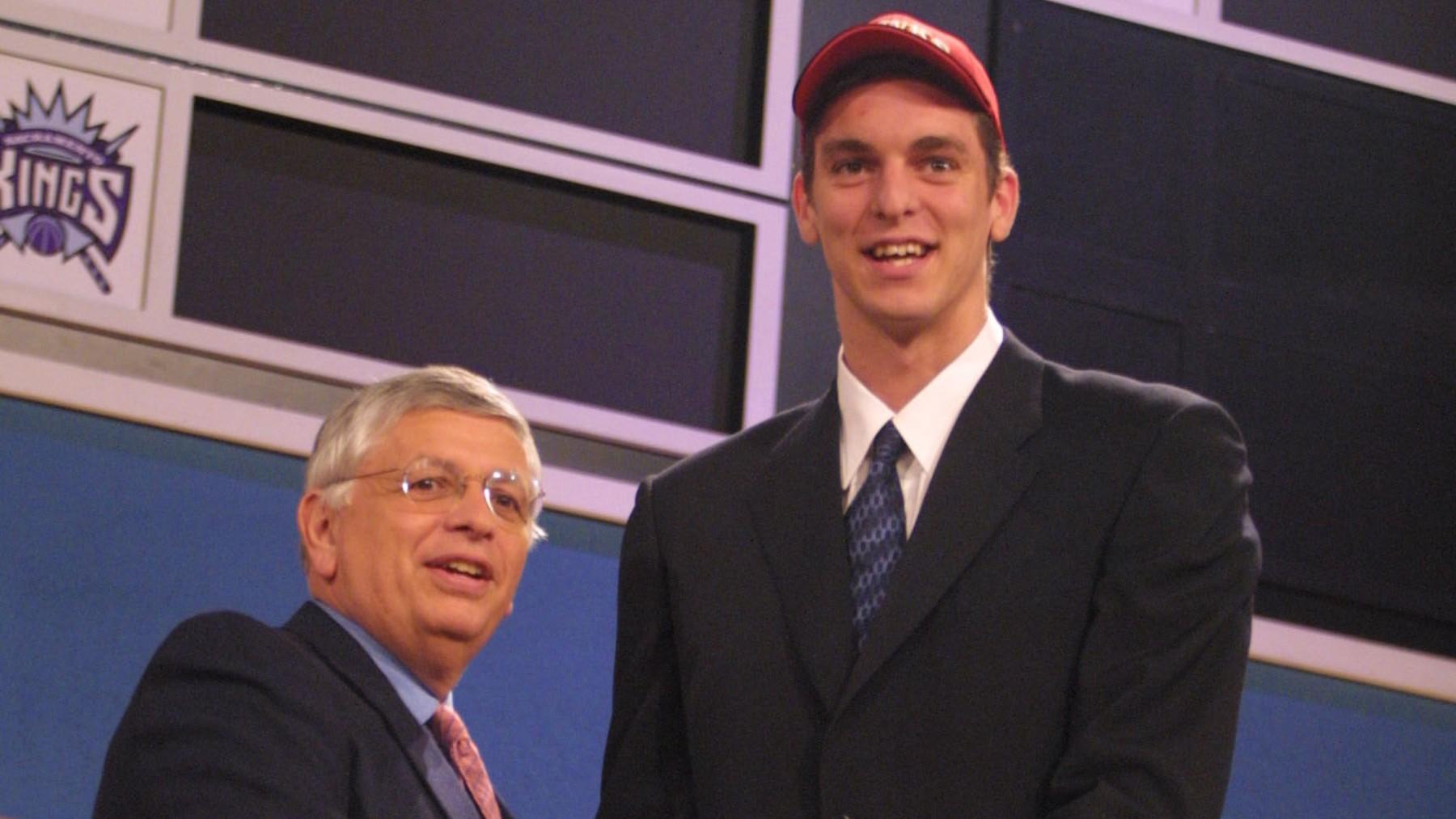 Pau Gasol, junto al Comisionado de la NBA David Stern.