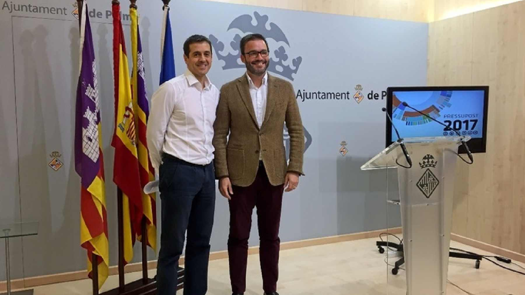 El concejal socialista de Hacienda, Adrián García, con el alcalde de Palma, José Hila.