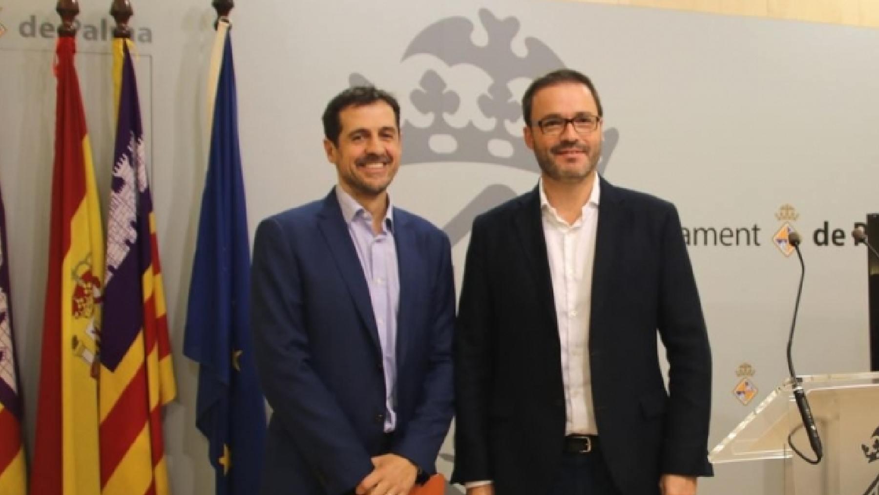 El concejal de Hacienda, Adrián García, y el alcalde de Palma, José Hila.