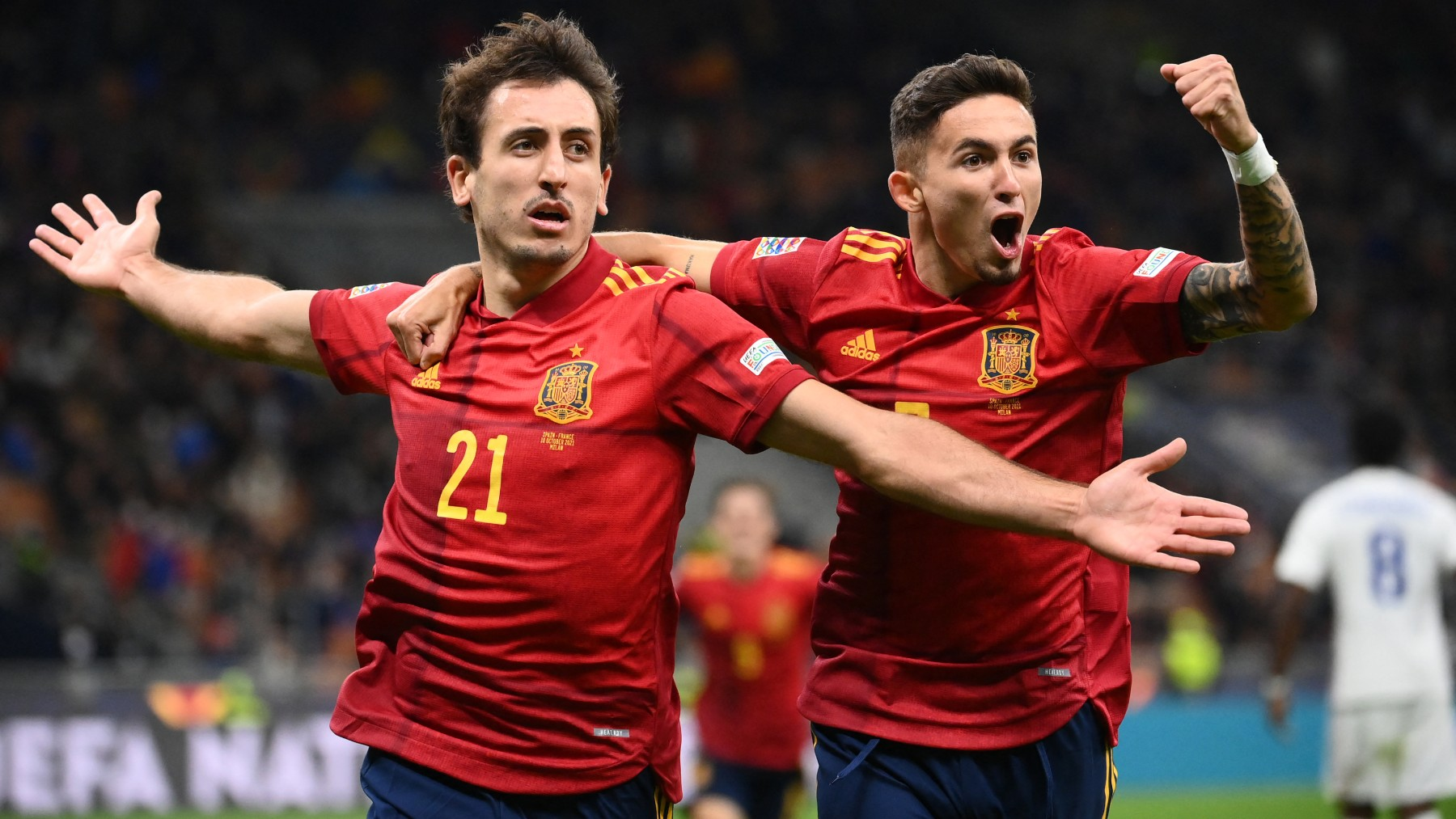 Oyarzabal y Yeremy Pino celebran un gol con España (AFP).