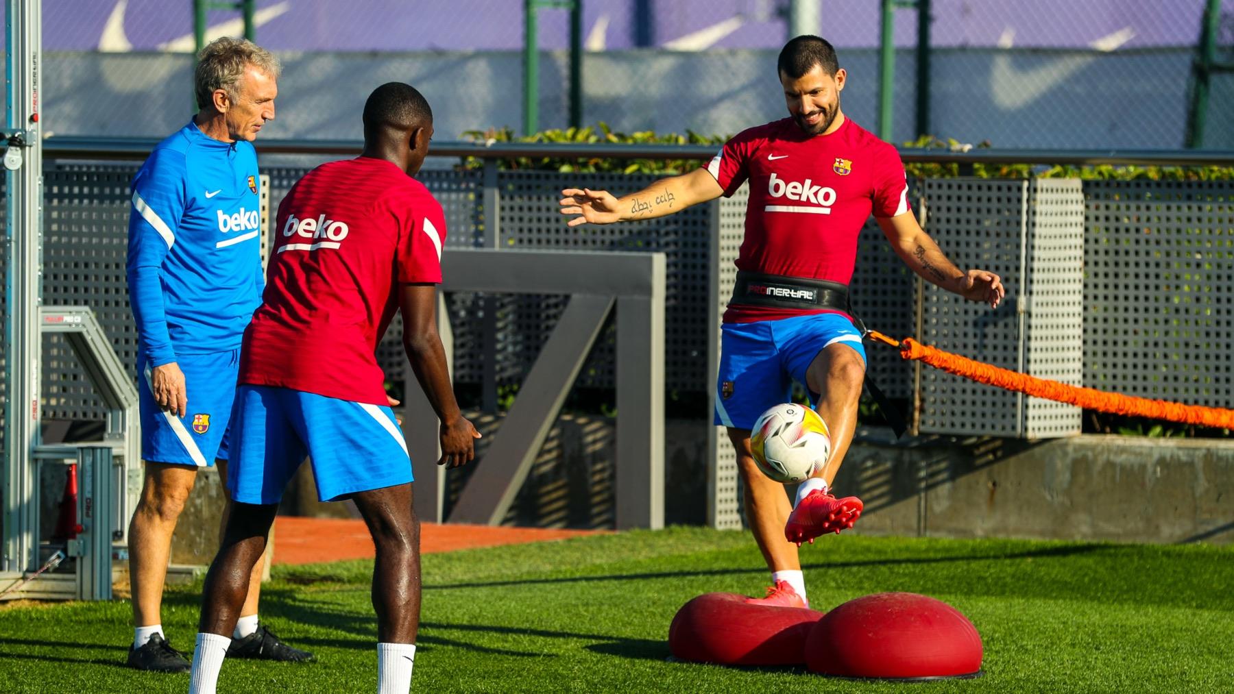 El Kun Agüero, durante el entrenamiento del lunes del Barça. (@FCBarcelona_es))