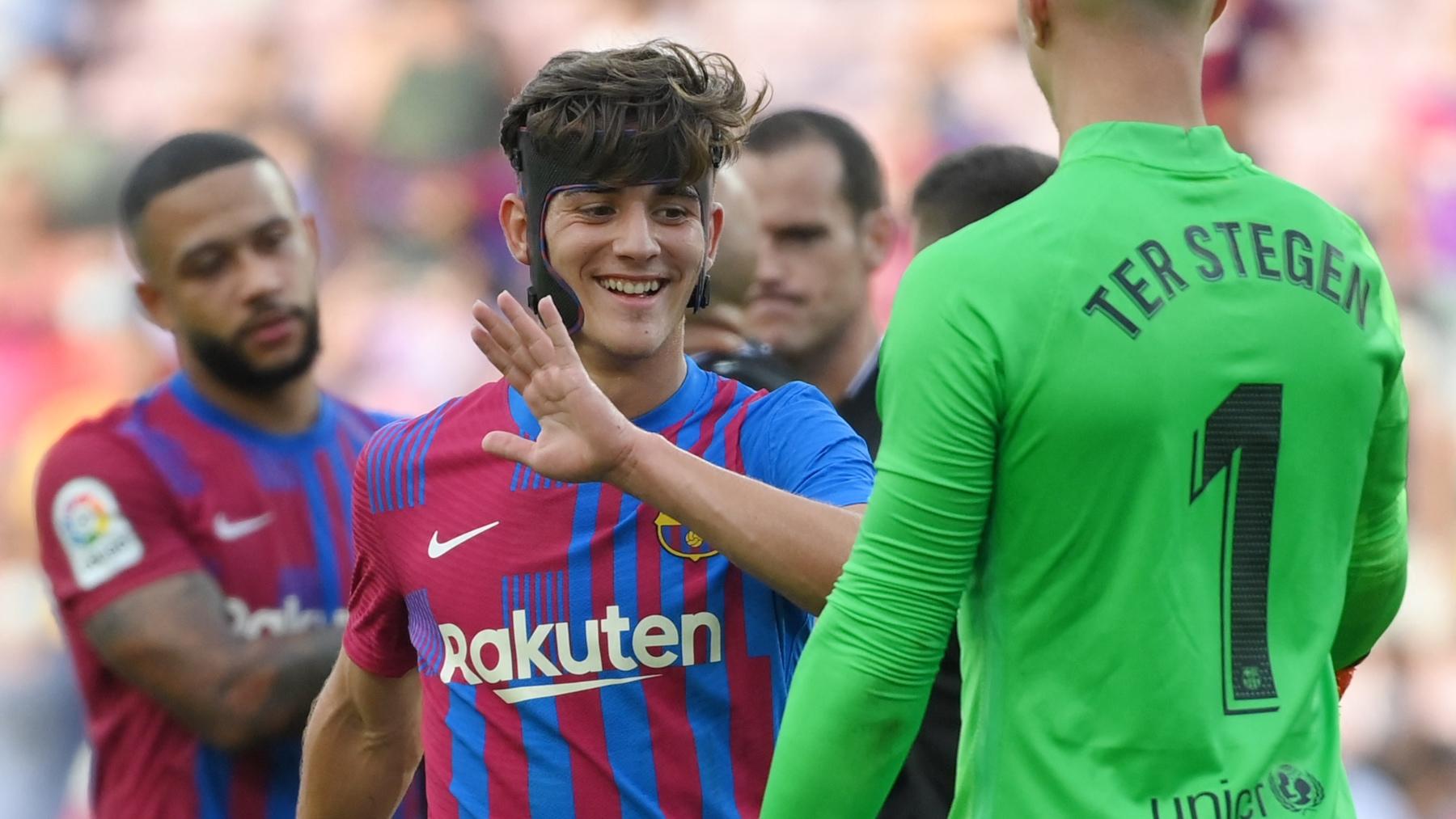 Gavi celebra un gol junto a sus compañeros en el Barcelona. (AFP)