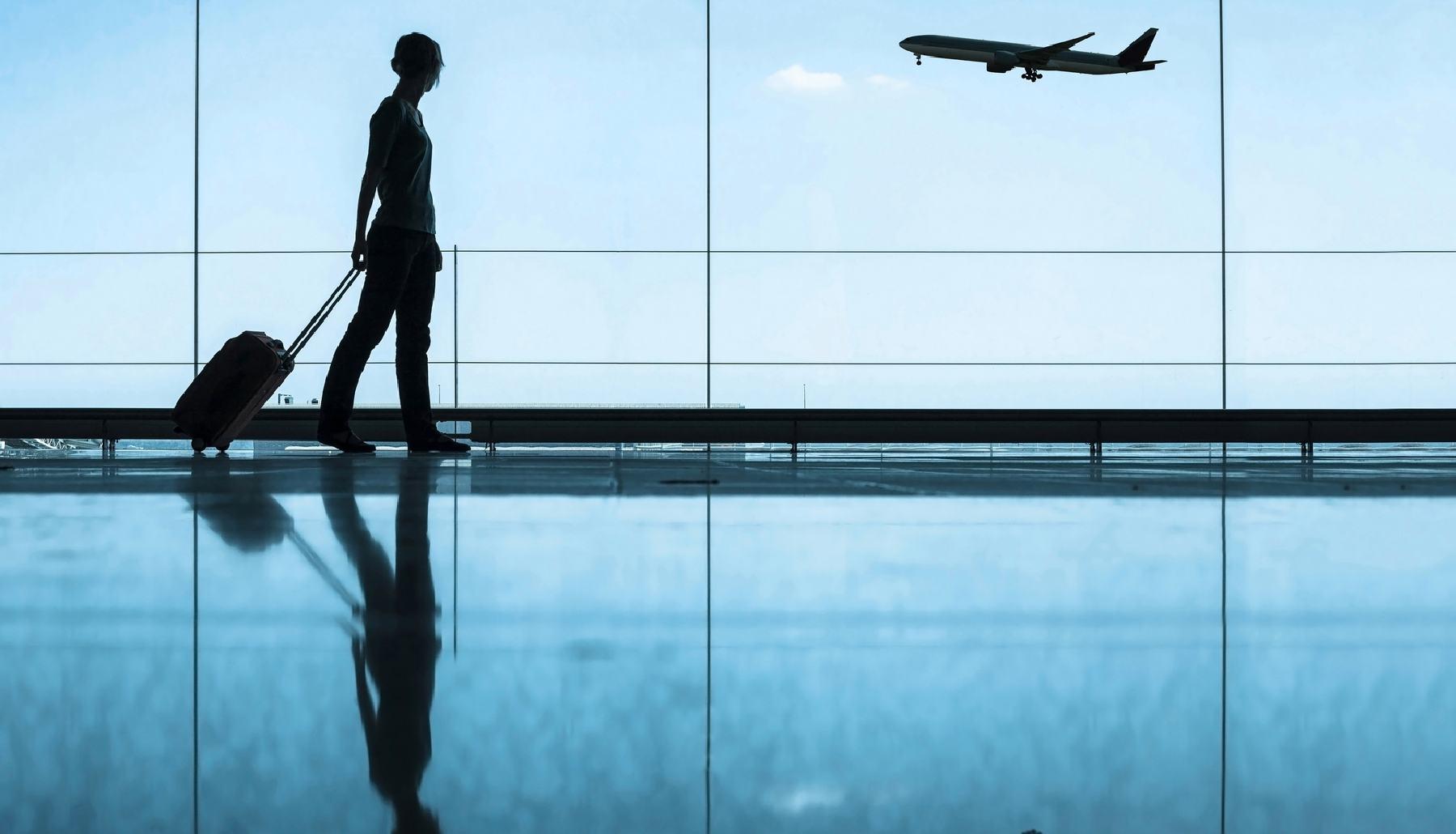 Un pasajero en la sala de espera de un aeropuerto.