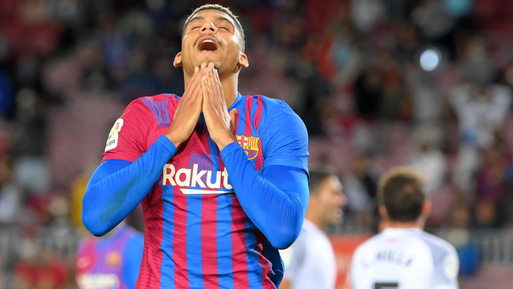 Ronald Araujo se lamenta durante un partido con el Barcelona. (AFP)