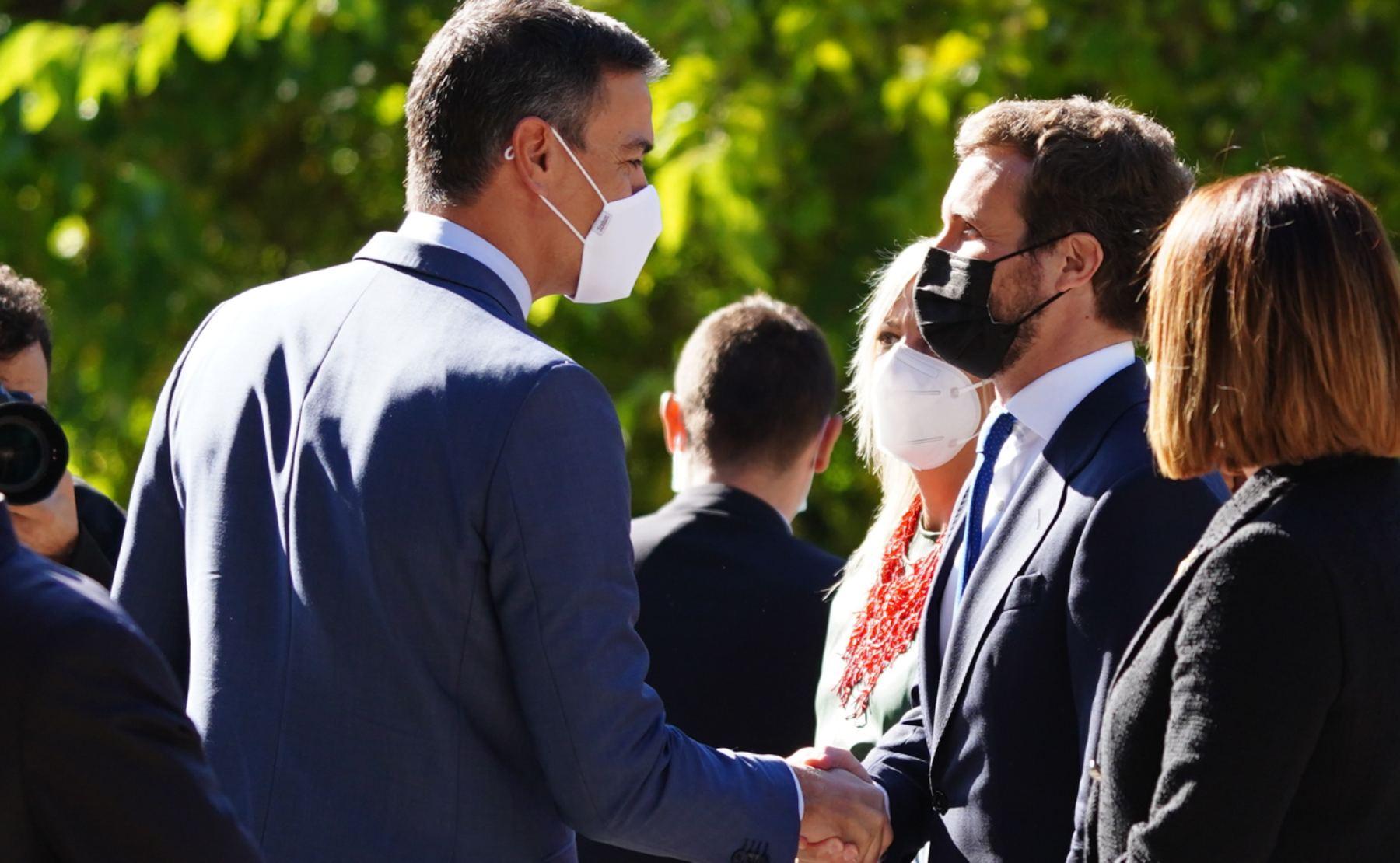 Pedro Sánchez estrecha la mano de Pablo Casado en Yuste.
