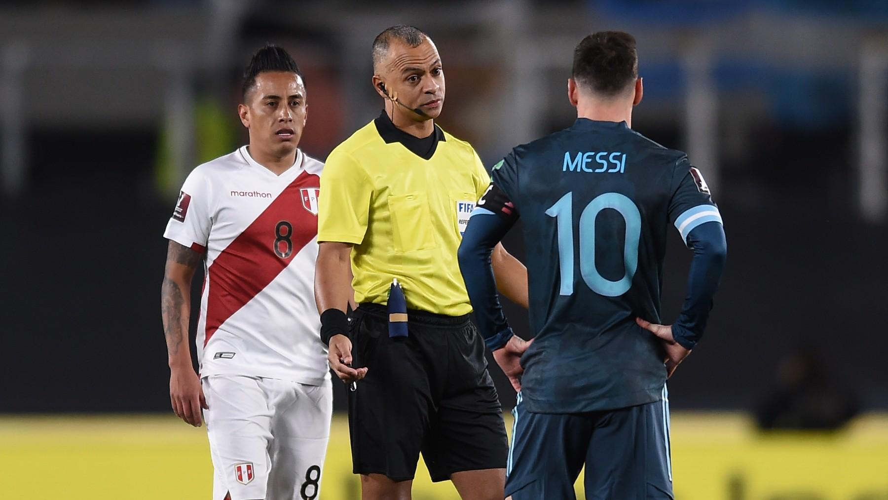 Messi protesta una acción al árbitro del Argentina – Perú. (Getty)