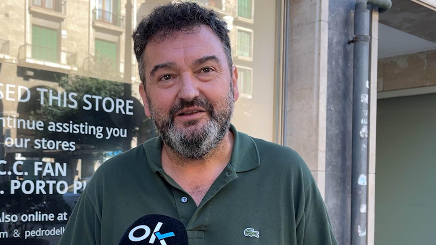 El presidente de Afedeco, Toni Gayà, frente a la tienda de Cortefiel en Palma que ha cerrado.