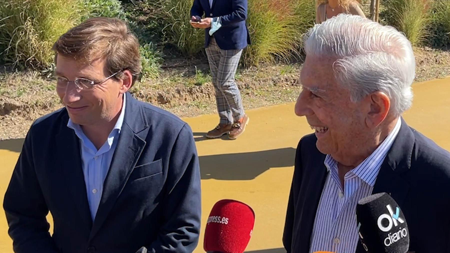 Mario Vargas Llosa junto al alcalde de Madrid, José Luis Martínez Almeida.