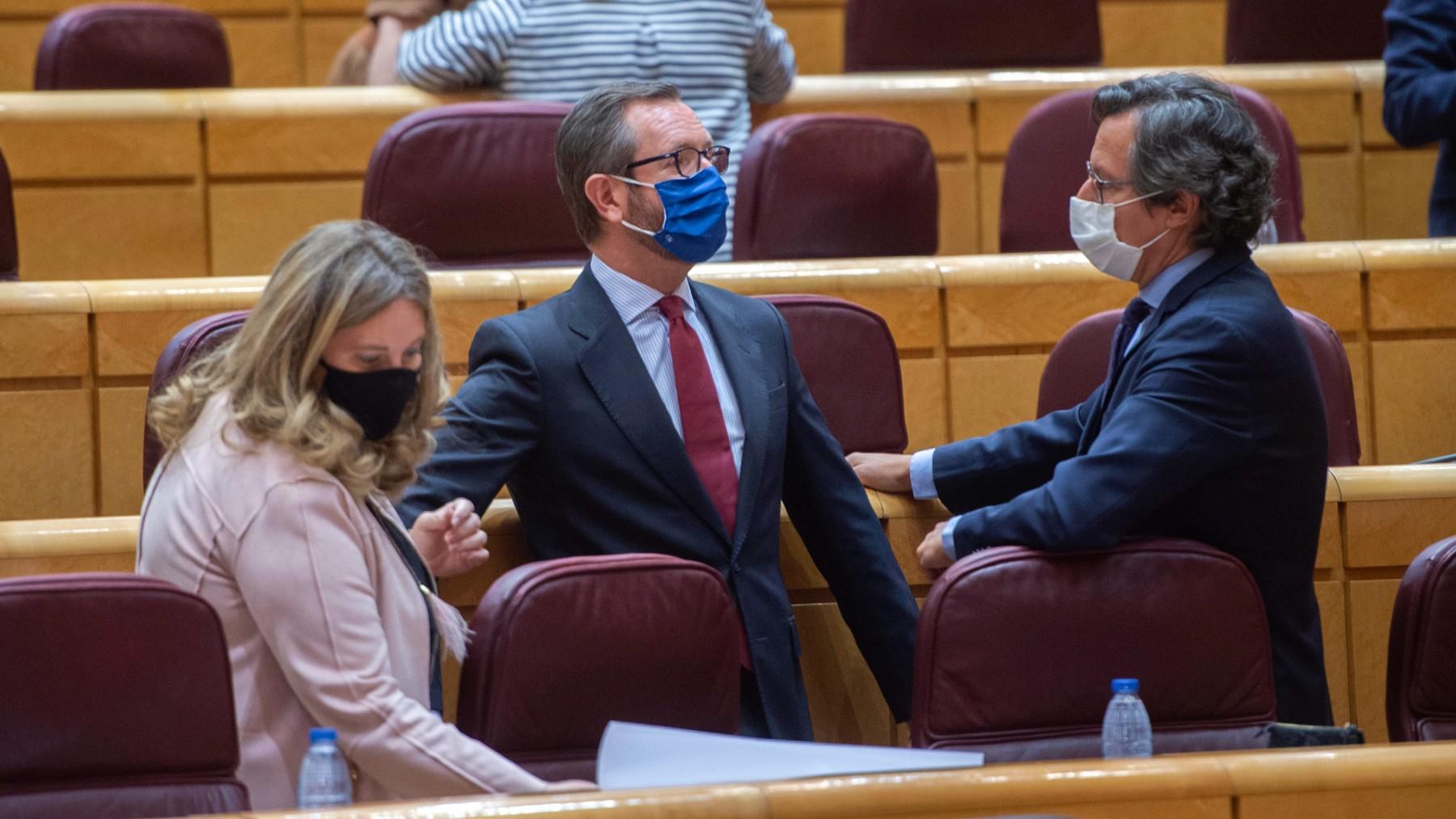 El portavoz del PP en el Senado, Javier Maroto, junto a otros senadores. (Foto: Europa Press)
