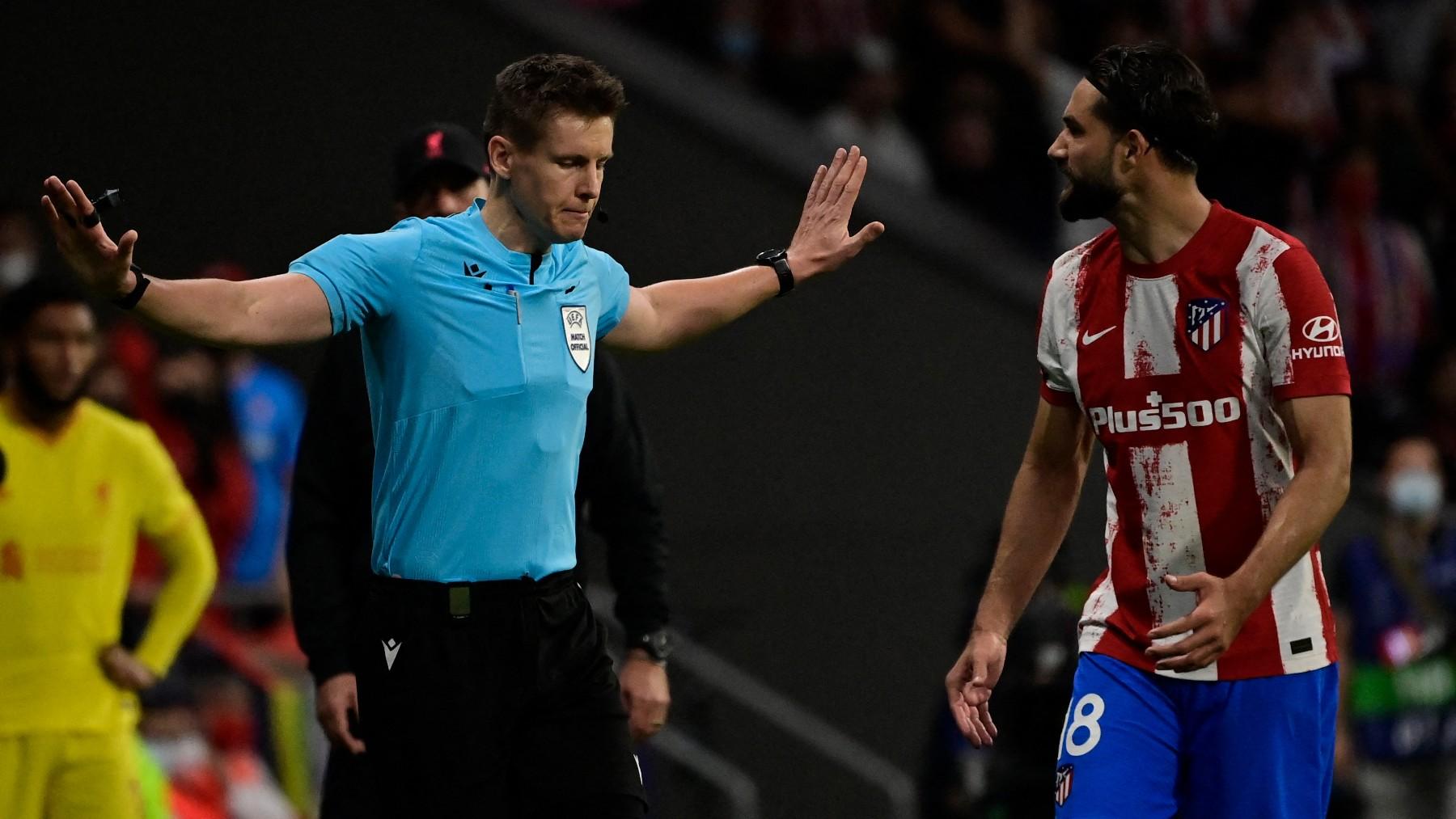El árbitro Siebert, en el duelo de Champions entre el Liverpool y el Atlético. (AFP)