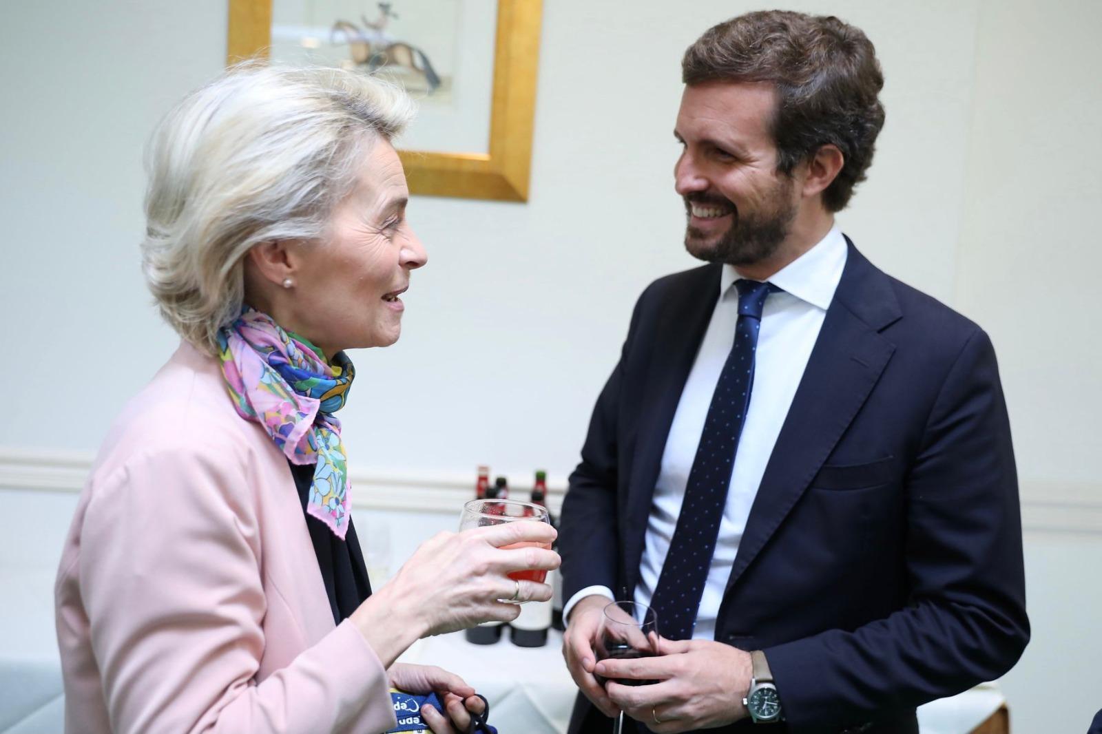 El líder del PP, Pablo Casado, con la presidenta de la Comisión Europea, Ursula Von der Leyen. (Foto: PPE)