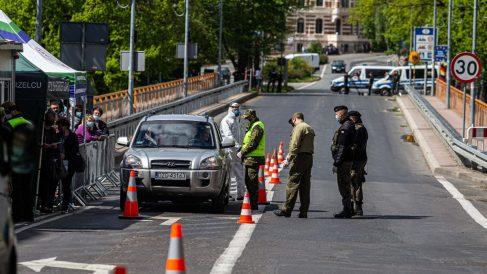 Policías en la frontera entre Alemania y Polonia.