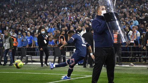 Neymar lanza un corner protegido con escudos. (AFP)