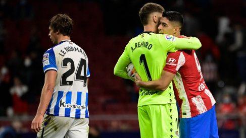 Remiro y Suárez se abrazan tras el partido. (AFP)