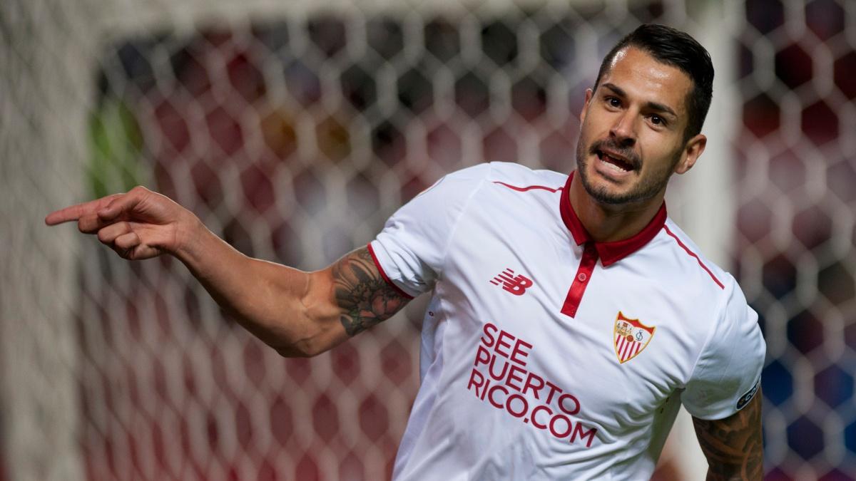 Vitolo celebra un tanto con el Sevilla