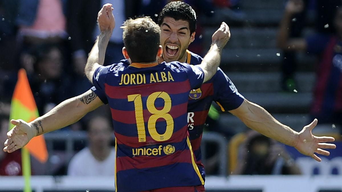 Jordi Alba celebra un gol con Luis Suárez. (AFP)