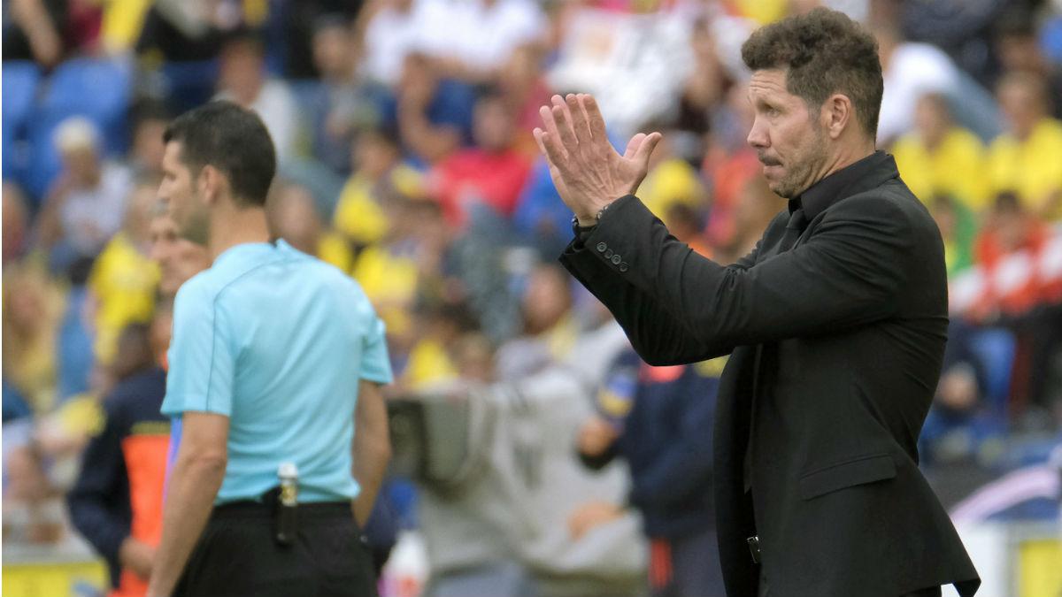 Simeone aplaude durante Las Palmas-Atlético. (EFE)