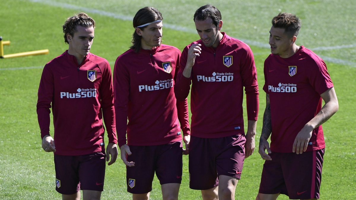 Griezmann, Filipe, Godín y Giménez charlan durante un entrenamiento