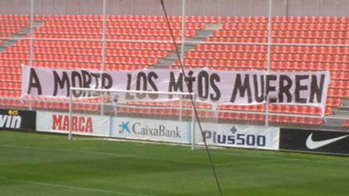 Pancarta de la afición del Atlético en el Cerro. (Twitter)