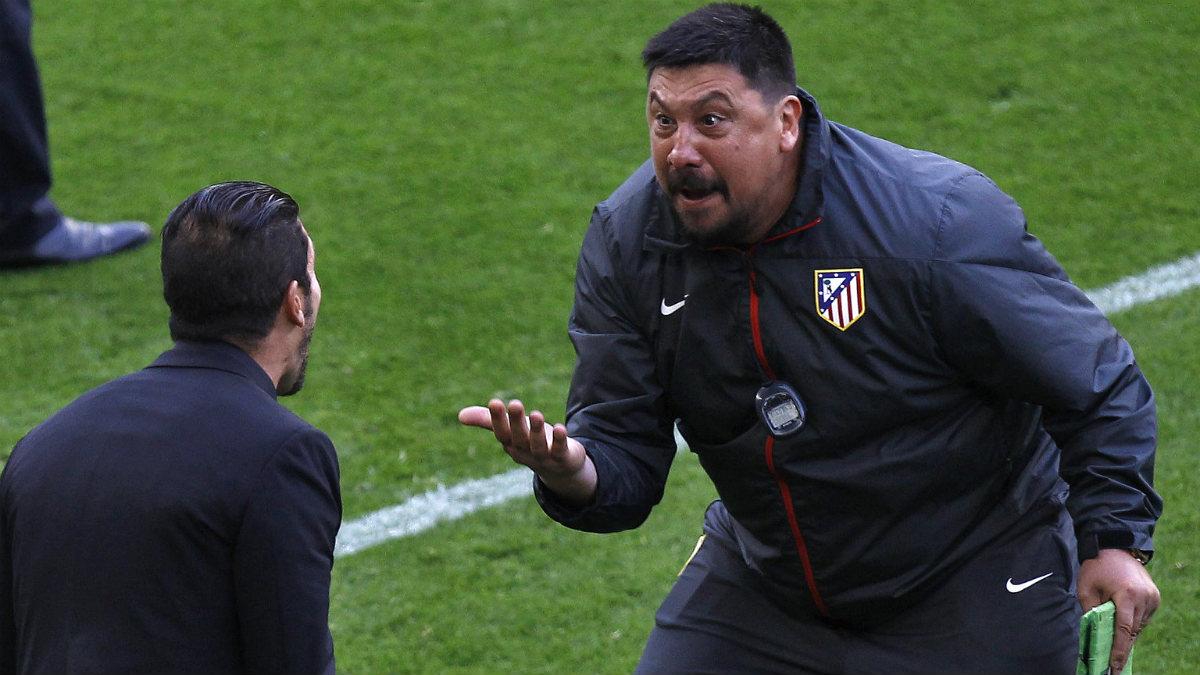 El Mono Burgos y Simeone celebran un gol del Atleti. (AFP)