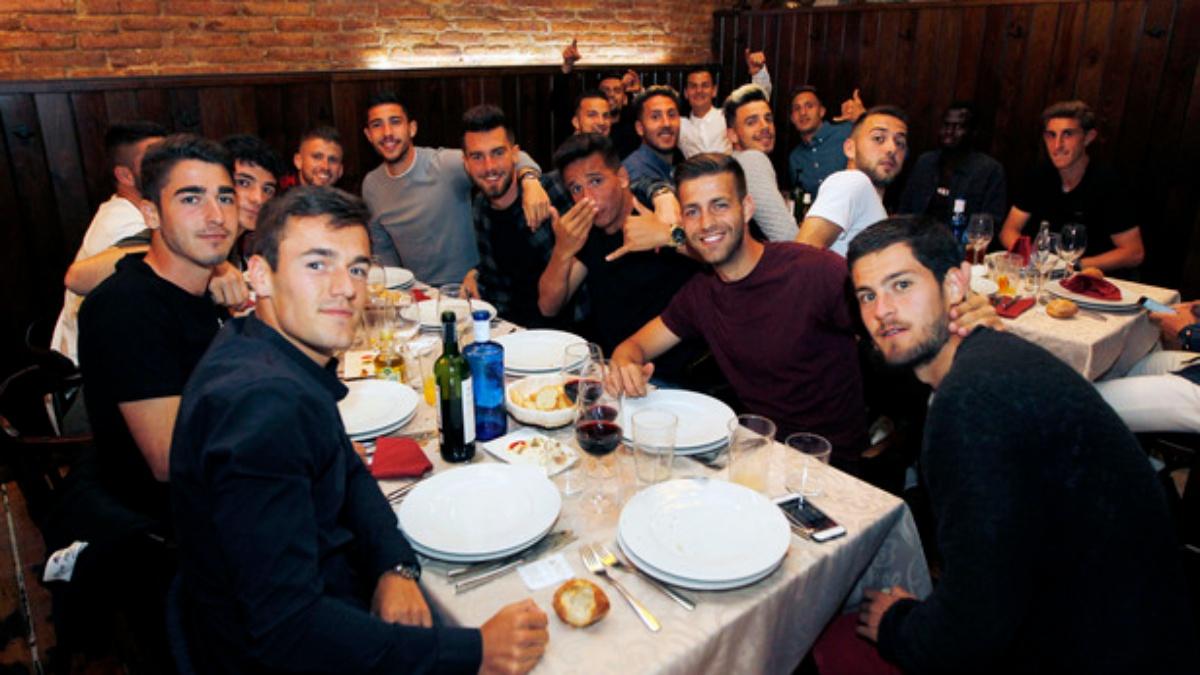 Los futbolistas del Atlético de Madrid B, cenando para celebrar la Liga