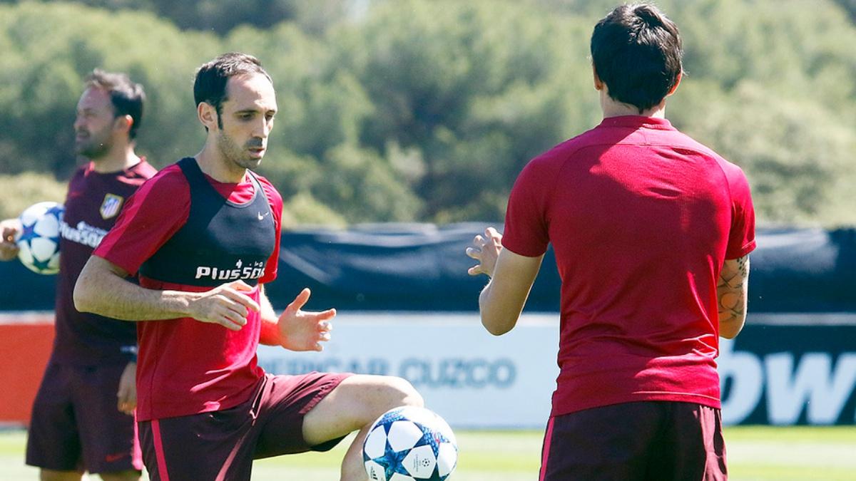 Juanfran, durante un entrenamiento con el Atlético