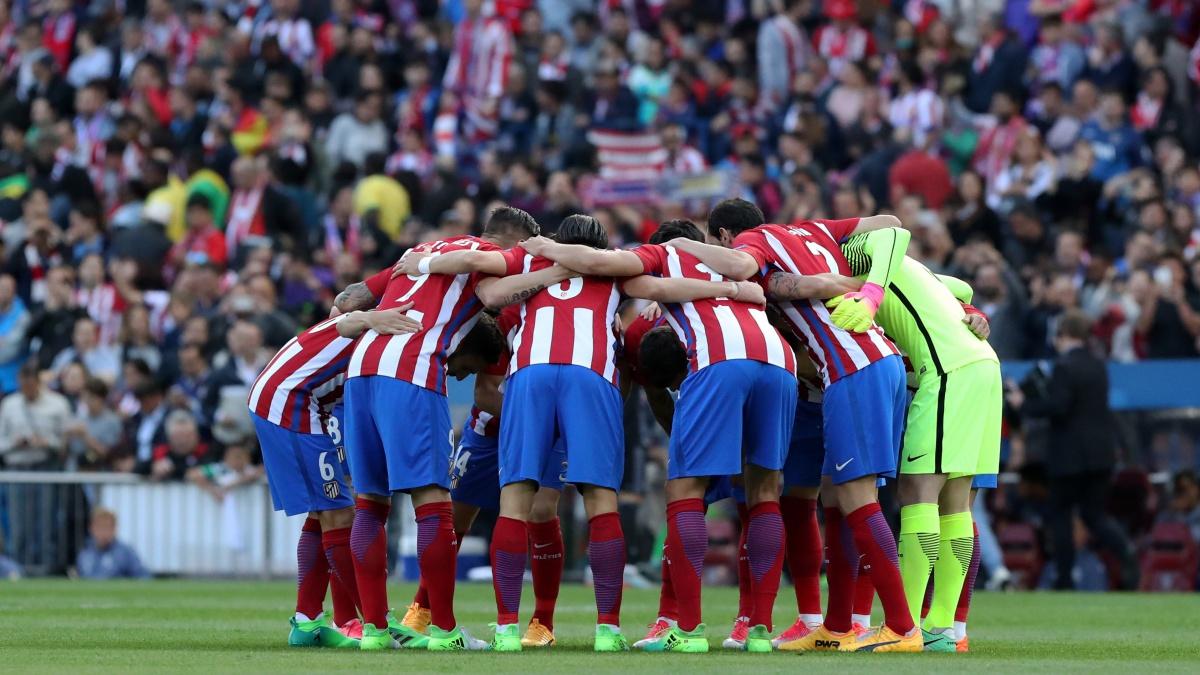 Los jugadores del Atlético, conjurándose antes del partido