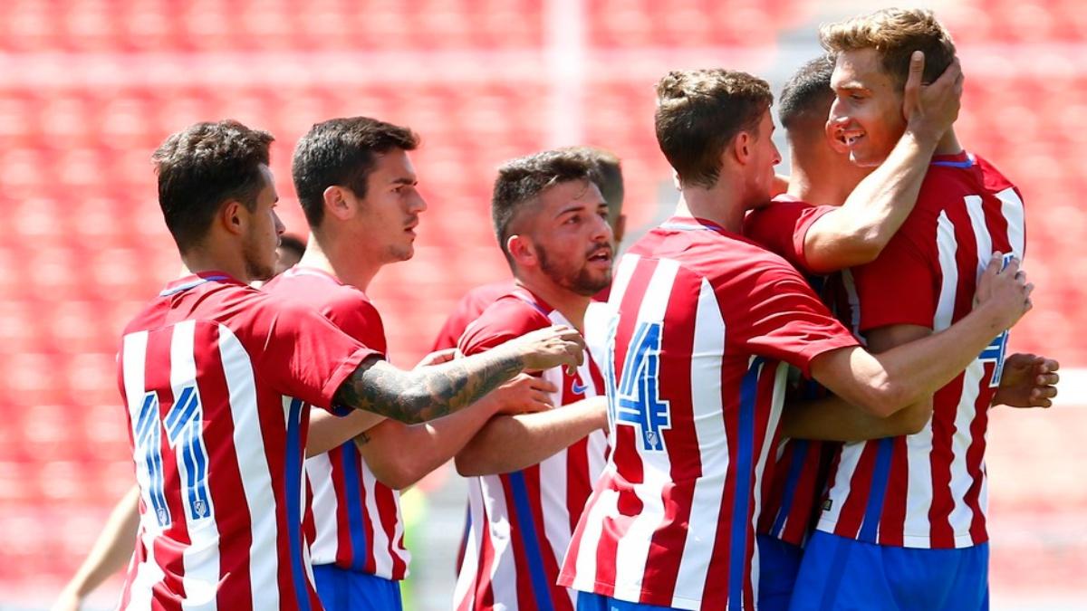 Los jugadores del Atlético B celebran el tanto de Álex frente al Alcobendas