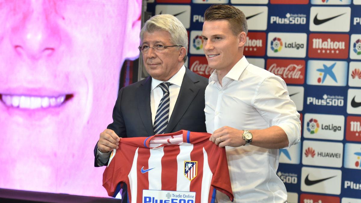 Gameiro y Cerezo posan con la camiseta del Atlético. (AFP)